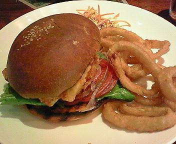 8月22日「ウルフギャング・パックカフェ」のハンバーガー