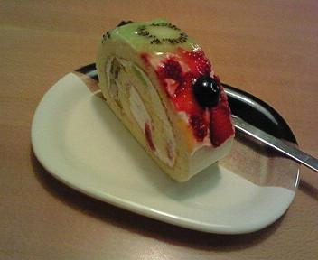 フルーツたっぷり「Roll Madu」のロールケーキ