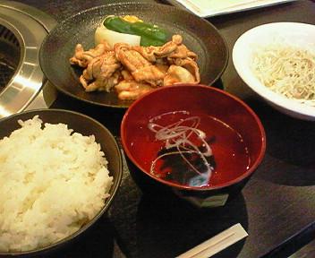 「東京ホルモン」で昼からホルモン焼き