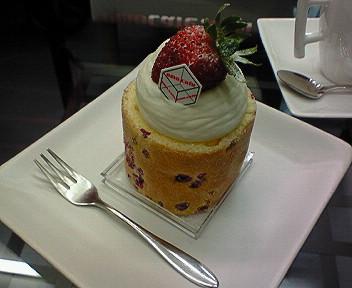 「emo_cafe」のロウソクみたいないちごショート